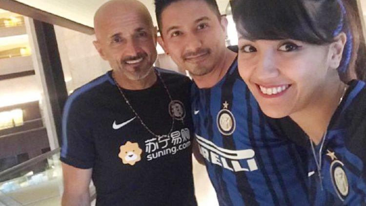Ryan Delon, Sharena, dan Luciano Spalletti. Kedua selebriti Indonesia ini memang penggemar berat Inter Milan. Copyright: © dok.pribadi