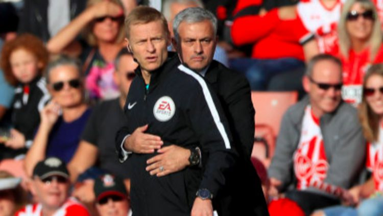Jose Mourinho memeluk wasit keempat, Mike Jones. Copyright: © Sportbible