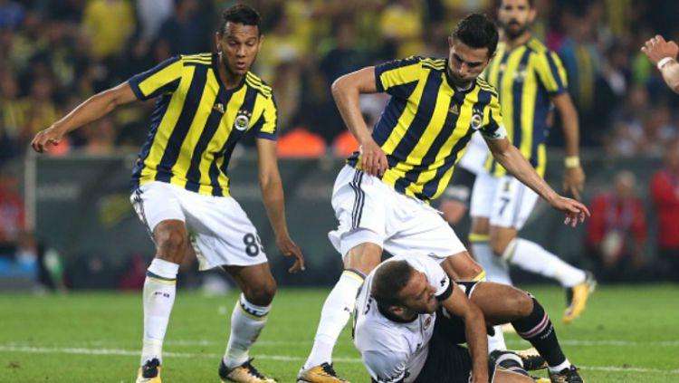 Salah satu aksi dari pertandingan Fenerbahce vs Besiktas. Copyright: © getty images