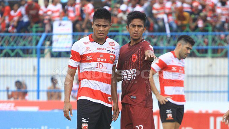 Fachrudin Wahyudi Aryanto (kiri) dan pemain PSM Makassar. Copyright: © Ian Setiawan/INDOSPORT