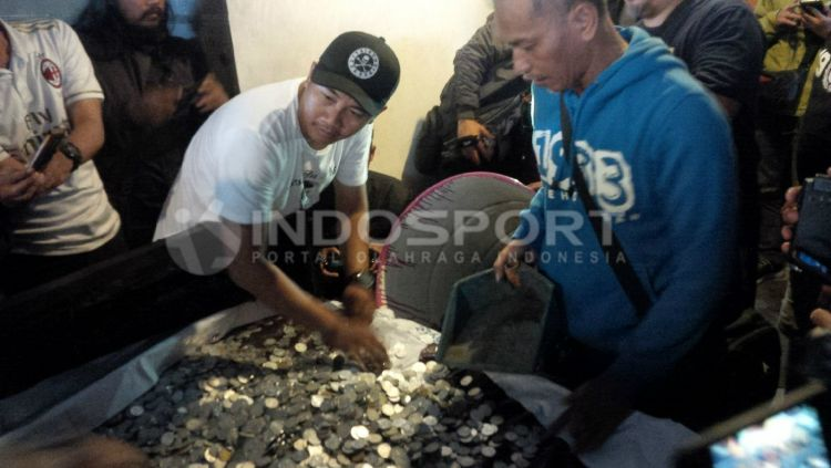 Dukungan total Viking Persib Club. Copyright: © SIMAMAUNG.COM/OTTO SYA'BAN