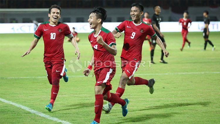 Pemain Timnas U-19 berselebrasi. Copyright: © INDOSPORT/Herry Ibrahim