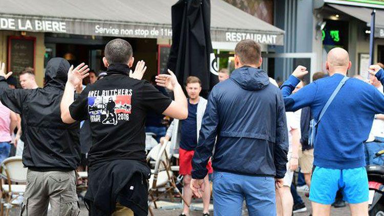 Bentrokan terjadi antara Fans Timnas Inggris dan fans Timnas Rusia pada Euro 2016 lalu. Copyright: © Mirror