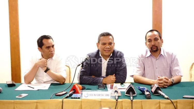 Kiri ke kanan: Tigor Shalom Boboy (eks COO PT LIB), Berlington Siahaan (eks Dirut PT LIB), Risha Adi Wijaya (eks CEO PT LIB). Copyright: © Herry Ibrahim/INDOSPORT