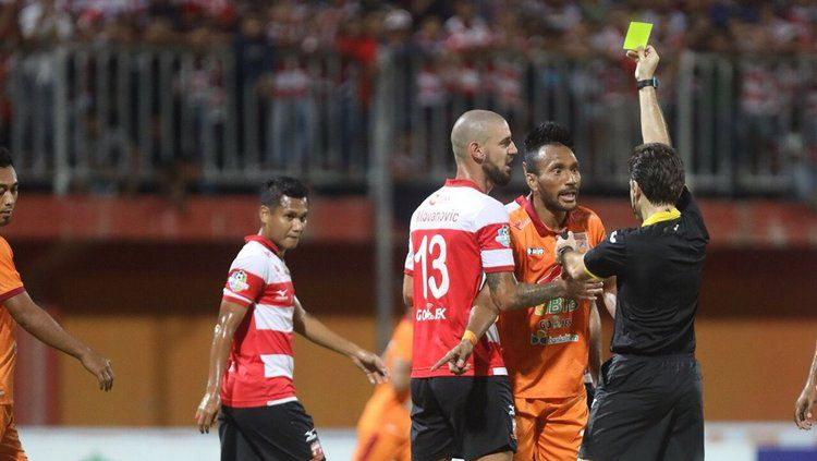 Wasit mengeluarkan kartu saat pimpin Madura United vs Borneo FC. Copyright: © Borneofc.id