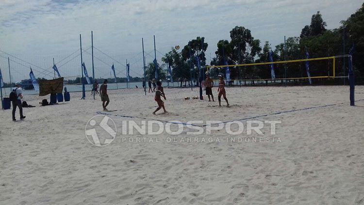 Jelang perhelatan Test Event Beach Volleyball, empat negara melakukan percobaan lapangan voli pantai Jakabaring Sport City (JSC) Palembang. Copyright: © Muhammad Effendi/INDOSPORT