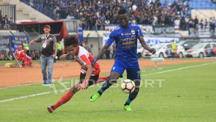 Ezechiel N'Douassel berhasil melewati pemain pemain Madura United. Copyright: © Arif Rahman/INDOSPORT