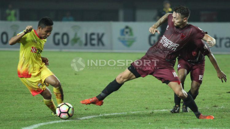 Duel antara Evan Dimas (kiri) dengan Marc Anthony Klok di Liga 1. Copyright: © Herry Ibrahim/INDOSPORT