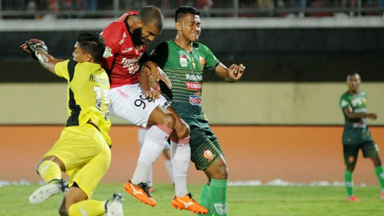 Sylvano Comvalius (merah) saat melawan PS TNI. Copyright: © @Liga1Match