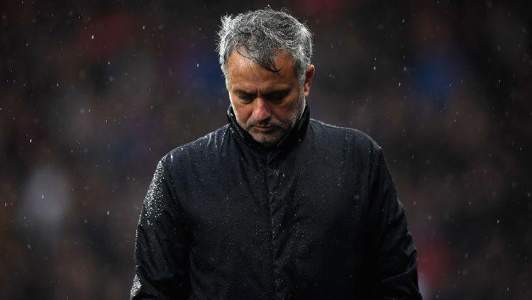 Jose Mourinho tertunduk lesu. Copyright: © Getty Images