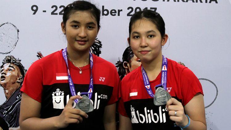Jauza Fadhila Sugiarto (kiri), bersama Ribka Sugiarto saat raih medali perak di World Junior Championships 2017. Copyright: © Humas PBSI