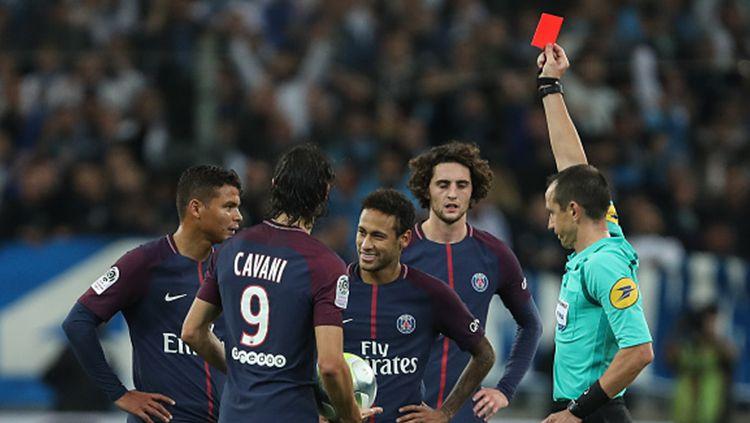 Neymar mendapatkan kartu merah usai mengoleksi dua kartu kuning. Copyright: © INDOSPORT