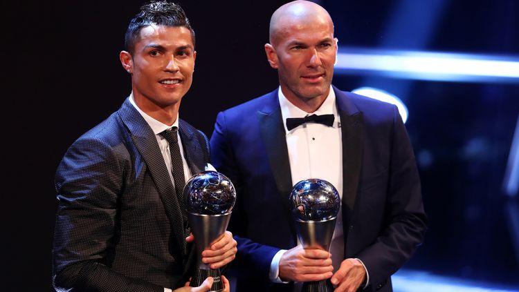 Cristiano Ronaldo (kiri), dan Zinedine Zidane menjadi pria pemain dan pelatih terbaik FIFA 2017. Copyright: © INDOSPORT