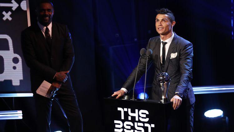 Cristiano Ronaldo jadi pemain pria terbaik FIFA seperti Diego Maradona, Gianni Infantino. Copyright: © INDOSPORT