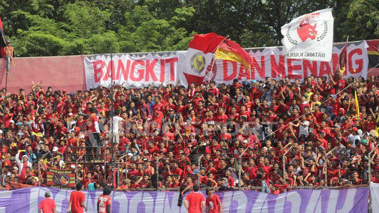 Suporter Semen Padang yang menyesaki setiap sudut Stadion Haji Agus Salim. Copyright: © INDOSPORT/Taufik Hidayat