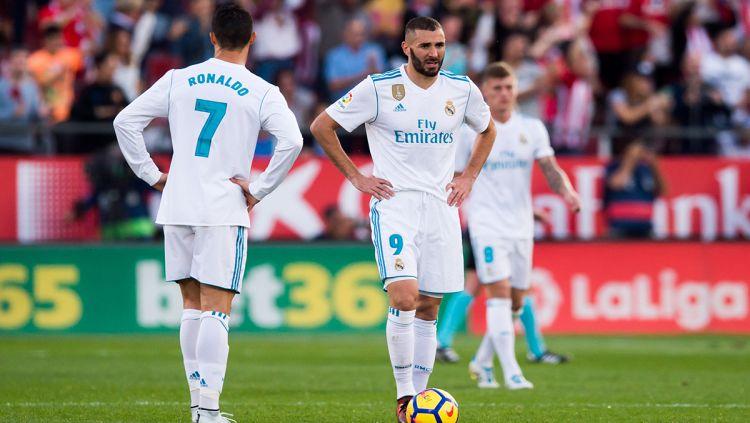 Cristiano Ronaldo dan Karim Benzema akan membagi bola usai gawangnya dibobol pemain Girona. Copyright: © INDOSPORT
