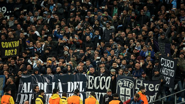 Fans Napoli turut hadir di stadion saat bersua dengan Manchester City pada penyisihan grup Liga Champions (18/10/17). Copyright: © INDOSPORT