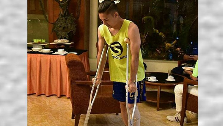 Kim Jeffrey harus menggunakan alat bantu untuk berjalan. Copyright: © internet
