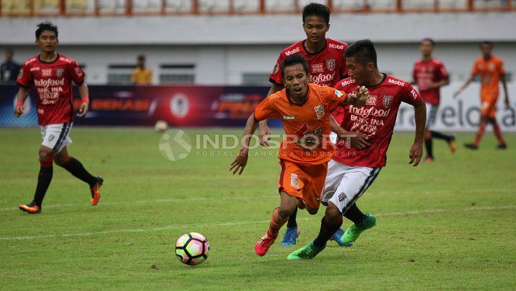 Pemain Bali United U-19 tampak menjegal pemain Borneo FC U-19 yang tengah berusaha mendapatkan bola. Herry Ibrahim/INDOSPORT Copyright: © Herry Ibrahim/INDOSPORT