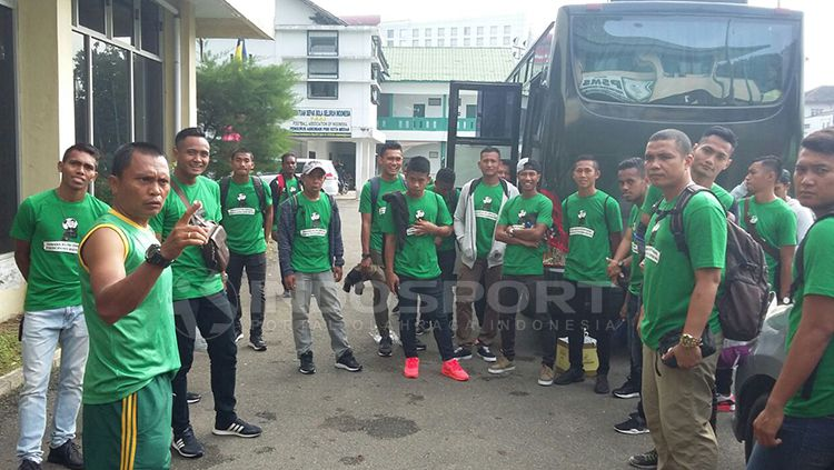 Pasukan PSMS Medan sebelum berangkat ke Stadion Patriot. Copyright: © Kesuma Ramadhan/INDOSPORT