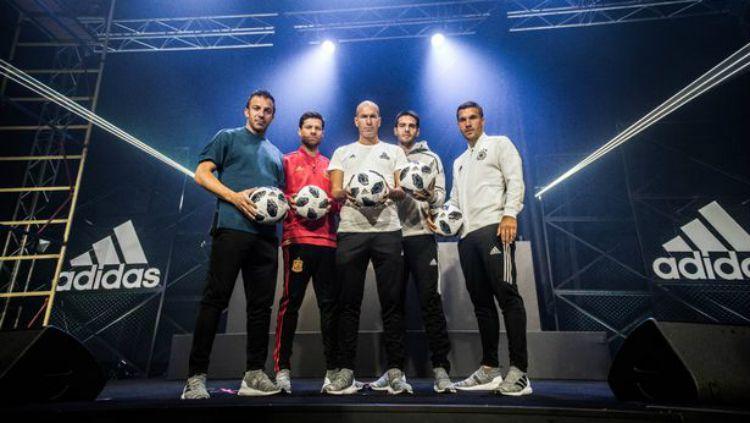 Zinedine Zidane, Lukas Podolski, Xabi Alonso, Kaka, dan Alessandro Del Piero dalam peluncuran Telstar 18. Copyright: © Rabiden@ya.ru