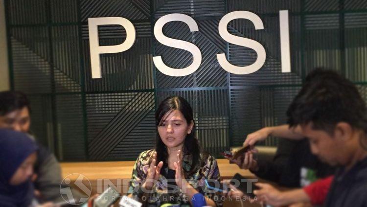 Sekjen PSSI, Ratu Tisha Destria tengah mengadakan jumpa pers di Kantor PSSI. Copyright: © Muhammad Adiyaksa/INDOSPORT