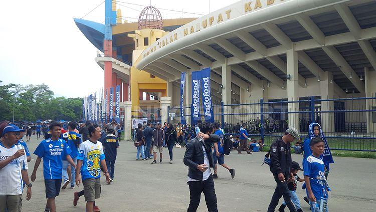 Situasi di depan Stadion Jalak Harupat. Copyright: © Arif Rahman/INDOSPORT