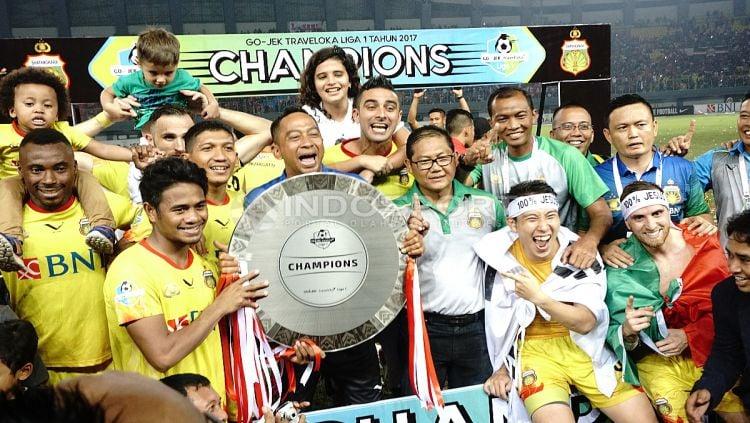 Skuat Bhayangkara FC merayakan keberhasilan menjadi juara Liga 1 2017. Copyright: © Herry Ibrahim/INDOSPORT