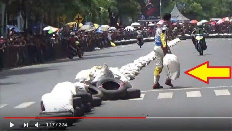 Pembalap lempar karung di Bondowoso. Copyright: © Youtube