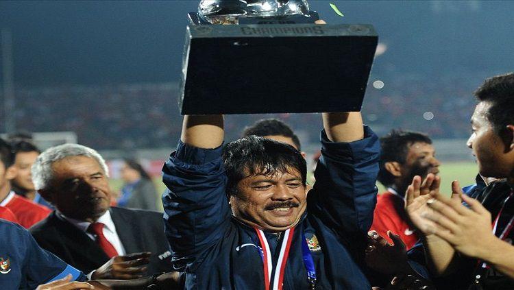 Indra Sjafri mengangkat trofi Copyright: © Internet