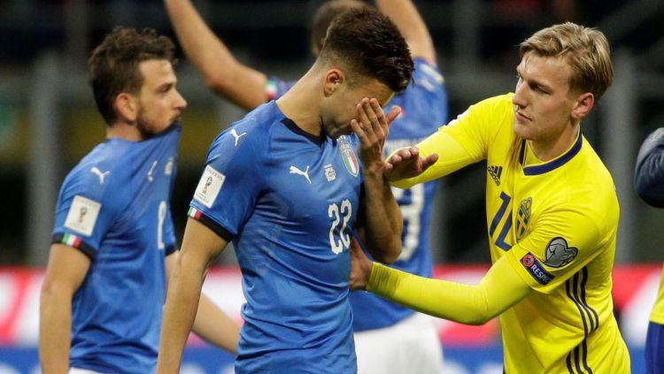Ekspresi kesedihan pemain Italia setelah digagalkan Swedia untuk melaju ke Rusia. Copyright: © -