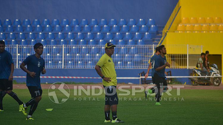 Pelatih Sriwijaya FC, Hartono Ruslan (kuning). Copyright: © Indosport/Muhammad Effendi