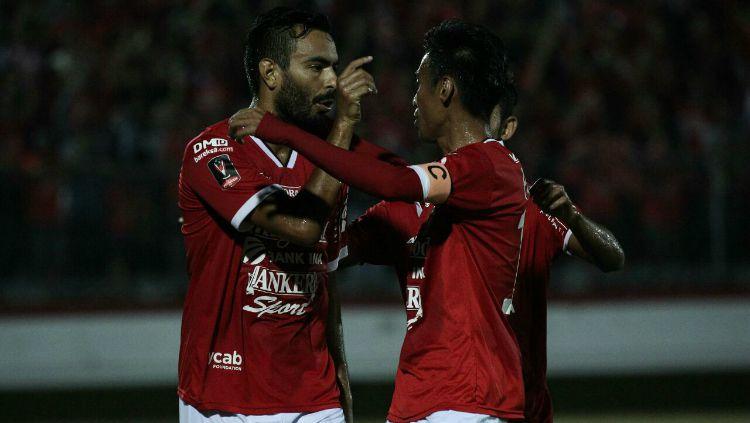 Marcos Flores selebrasi bersama Abdul Rahman. Copyright: © baliutd.com