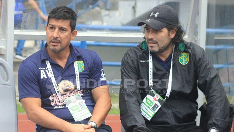 Pelatih Persebaya kiri Angel Alfredo Vera dan asisten pelatihnya. Copyright: © Arif Rahman/INDOSPORT