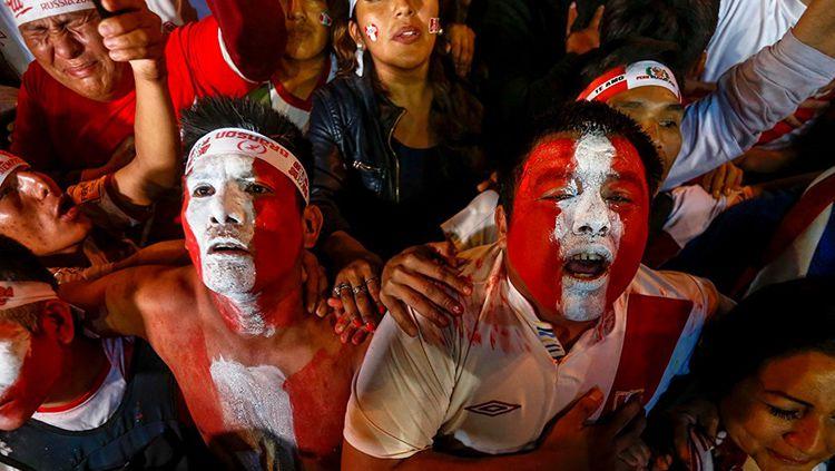 Suporter Peru menyambut kemenangan timnya di laga kontra Selandia Baru. Copyright: © FIFA