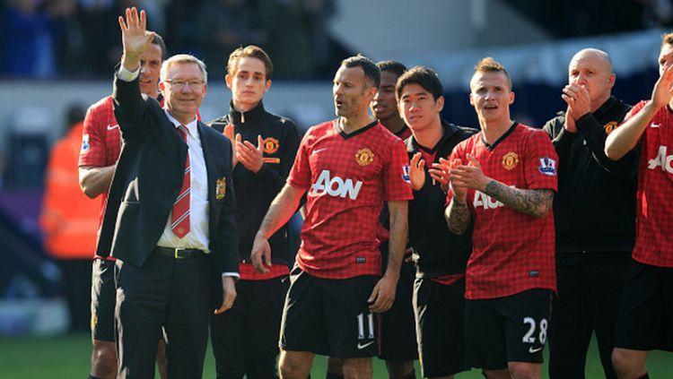 Sir Alex Ferguson (kiri) saat berpamitan di laga terakhirnya bersama Manchester United. Copyright: © INDOSPORT