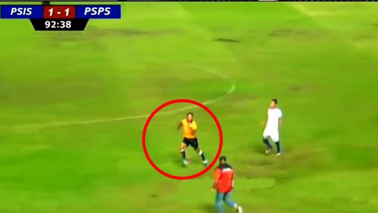 Wasit PSIS vs PSPS lari Terbirit-birit saat meniupkan peluit tanda berakhirnya laga. Copyright: © Youtube/INDOSPORT