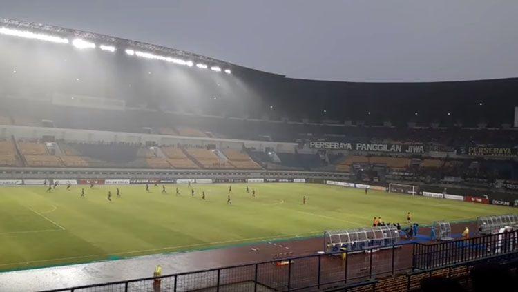Suasana Persebaya vs PSMP di Stadion GBLA, Bandung. Copyright: © Istimewa