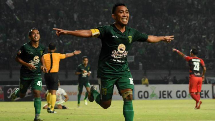 Gelandang Persebaya, Rendi Irawan, merayakan gol yang ia cetak pada malam hari. Copyright: © ngopibarengid