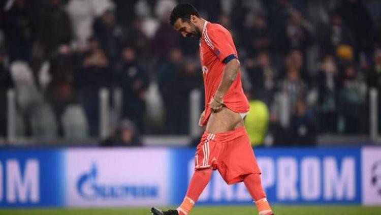 Gianluigi Buffon melepas celananya. Copyright: © INDOSPORT