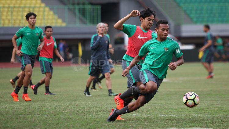 Lutfi Kamal mencoba menggangu pergerakan Osvaldo Haay. Copyright: © Herry Ibrahim/INDOSPORT
