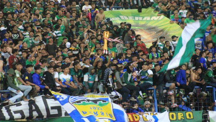 Dukungan setia Bonek bagi Persebaya Surabaya di manapun mereka bermain. Copyright: © Indosport/Arif Rahman