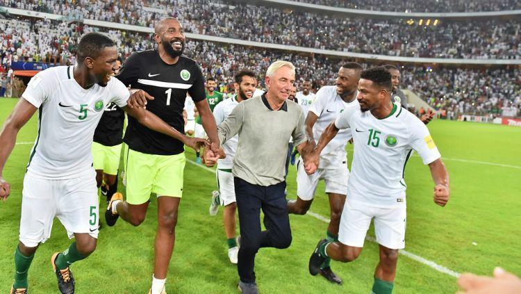 Bert Van Marwijk (tengah) saat membawa Timnas Arab Saudi lolos. Copyright: © FIFA