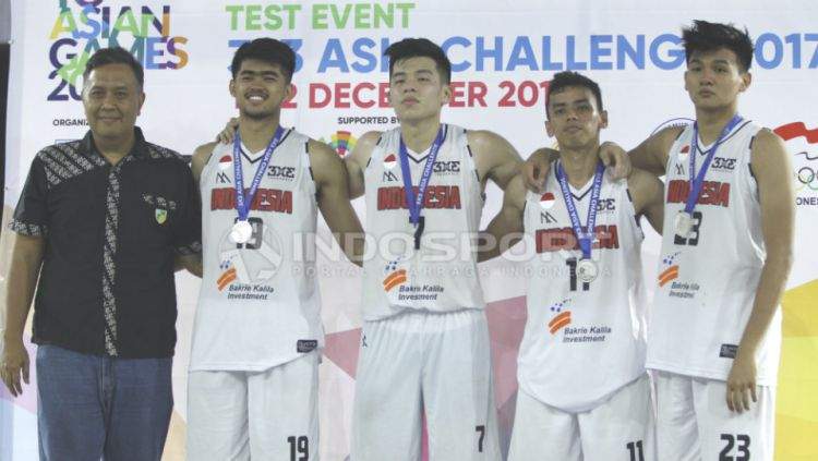 Tim Putra Indonesia meraih medali perak. Copyright: © INDOSPORT/Abdurrahman.R