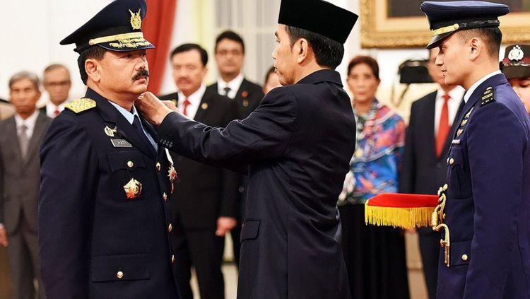 Jokowi saat melantik Marsekal Hadi Tjahjanto sebagai KSAU. Copyright: © Istimewa