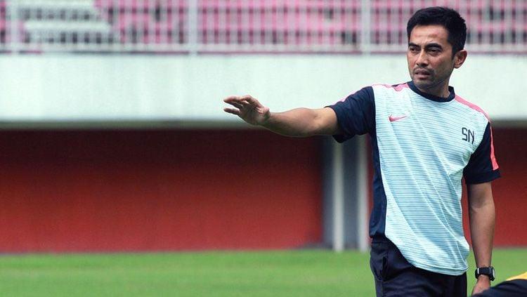 Seto Nurdiyantoro saat memimpin latihan PSS Sleman di Stadion Maguwoharjo. Copyright: © pss-sleman.co.id