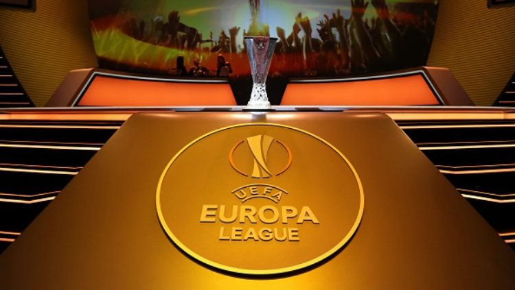 Trofi Liga Europa. Copyright: © INDOSPORT