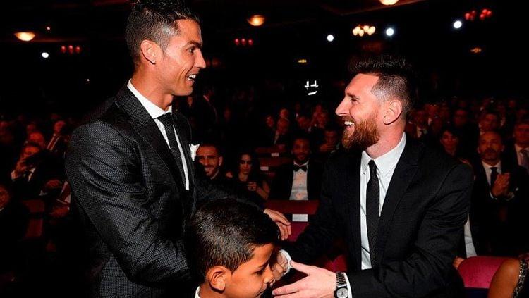 Cristiano Ronaldo saat berjabat tangan dengan Lionel Messi di panggung penghargaan Ballon d'Or 2017. Copyright: © dailymail.co.uk