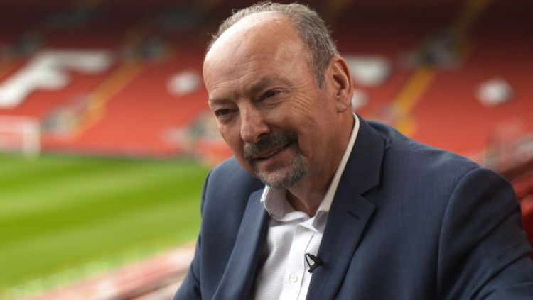 Klub Liga Inggris, Liverpool melalui CEO Peter Moore meminta maaf kepada para penggemarnya mengenai keputusan yang memberhentikan beberapa staf mereka. Copyright: © cloudfront.net