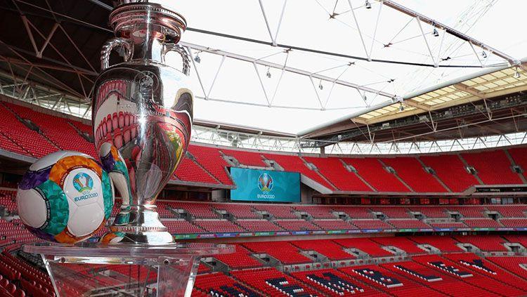 Trofi EURO di Stadion Wembley, Inggris. Copyright: © UEFA